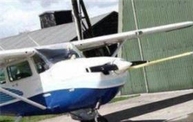 男子用耳朵拉飞机前进20.4米,创造吉尼斯世界纪录!